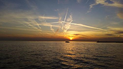 夕日と飛行機雲.jpg